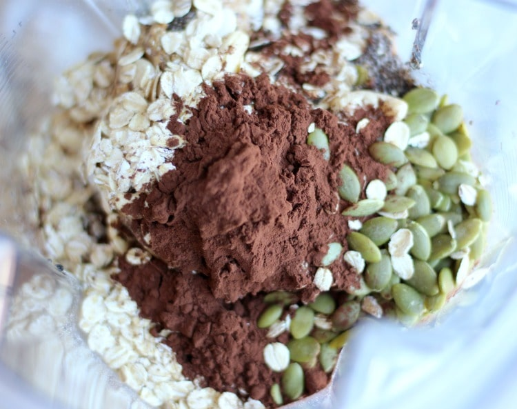 These Nuts & Seeds Energy Bite are the perfect vegan and refined sugar free snack you can eat. This easy no-bake recipe is simply the best! gardeninthekitchen.com